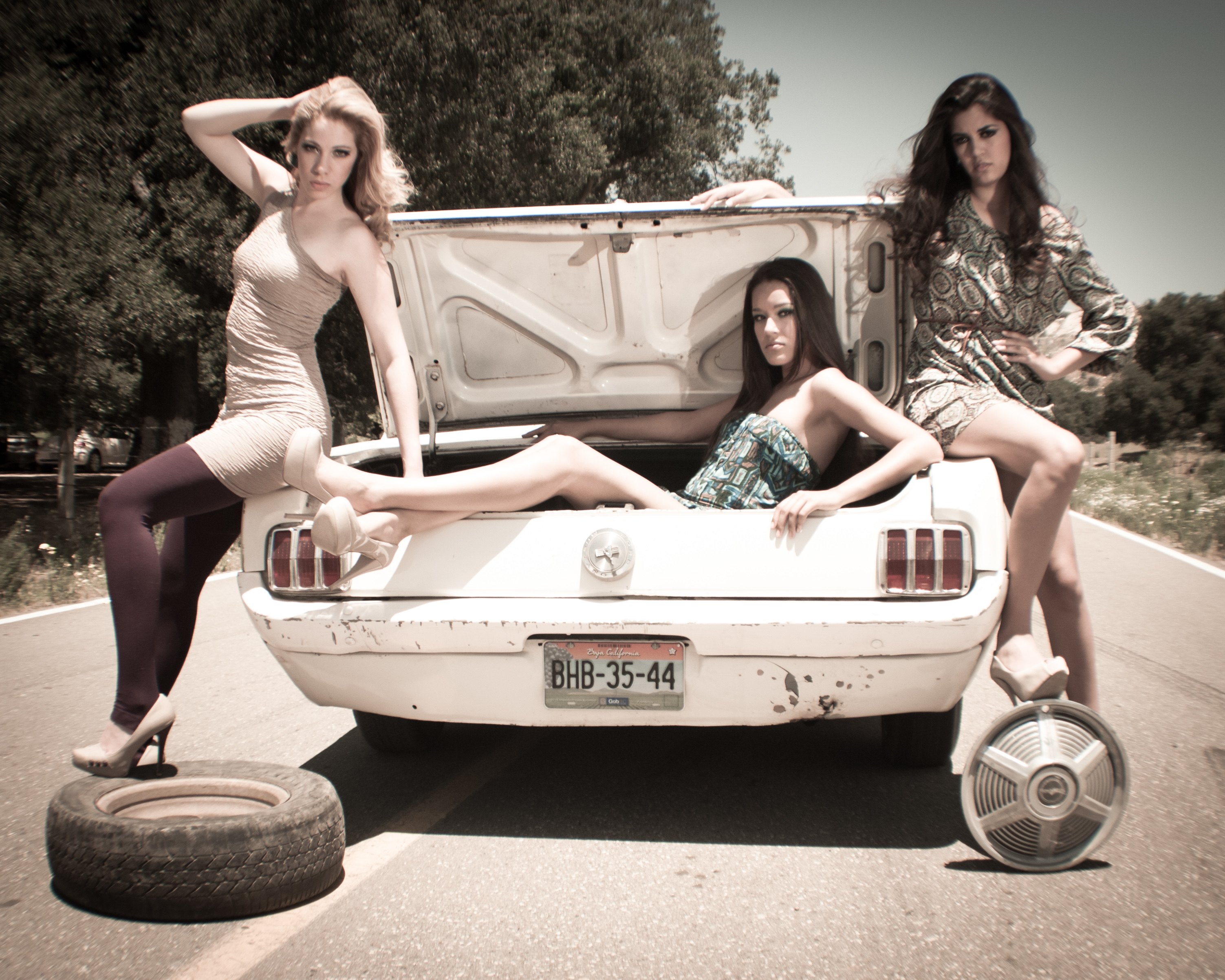girls-with-mustang-muscle-car